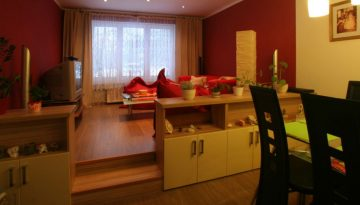 rozdělení pokoje na jídelnu a vyvýšenou obývací část